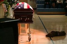 In a fallen Navy SEAL's Labrador retriever lay down next to his owner's casket at a funeral service in Rockford, Iowa, refusing to leave. See the love a dog has for his master never dies. So sad :`( Funeral, Navy Seals, Mans Best Friend, Best Friends, Military Dogs, Military Life, Military Quotes, Police Dogs, Military Veterans
