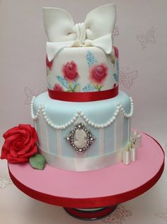 Using vintage brooches to decorate a wedding cake, oh how elegant! repinned