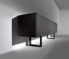 Anrichte aus Holz mit Klapptür und geschnitzten Seitenwänden, zwei Schubladen, die vollständig ausgezogen werden können. Aus allen Holzsorten gemäß..