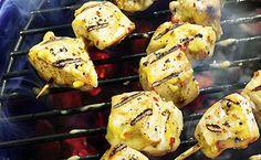 Ein paar scharfe Chilischoten und Ingwer mit Senf vermischen, die Marinade auf die Hähnchen Spieße verteilen, grillen und genießen.