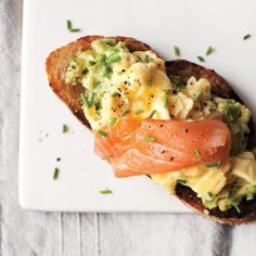 Scrambled Eggs, Avocado, and Smoked Salmon on Toast Recipe Tips för en Friday afterXersise supé with a glass of cold chablis-AK