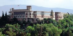 """El Castillo de Chapultepec es una construcción palaciega ubicada en lo alto del cerro del mismo nombre, en el centro del Bosque de Chapultepec, situado en la ciudad de México, a una altura de 2.325 metros sobre el nivel del mar. Fue construido por el virrey Bernardo de Gálvez y Madrid sobre el cerro del Chapulín (Chapultepec es palabra de origen náhuatl «Chapulli, saltamontes, y tepe(tl), cerro, Chapultepetl», que significa """"cerro del saltamontes"""" o """"cerro del chapulín"""")."""