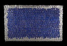 Obra de la artista textil colombiana Olga de Amaral. Cobalto (2014) Lino, gesso, pintura acrilica, paladio y pigmentos. 100 X 160 cm