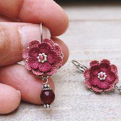Malena rot Crochet Jewelry Patterns, Crochet Earrings Pattern, Crochet Flower Patterns, Crochet Accessories, Crochet Designs, Textile Jewelry, Bead Jewellery, Fabric Jewelry, Clay Jewelry