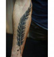 Tatouage sexy pour homme : le tatouage plume - Cosmopolitan.fr