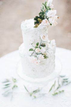 How pretty! This cake would be perfect for a garden wedding. • Maude and Hermione on Pinterest