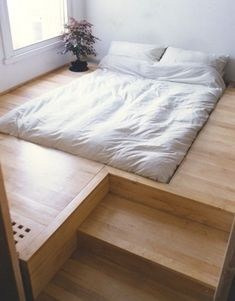 """""""Sunken bed frame"""" Although this takes some carpentry, the effect seems very cosy. I could happily fall into this bed! Ce paraît tellement confortable!"""