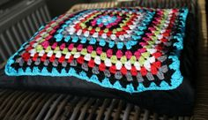 Kussen haken / Crochet pillow - Dimfies Crochet Pillow, Handmade Accessories, Blanket, Pillows, Diy, Board, Bricolage, Do It Yourself, Blankets