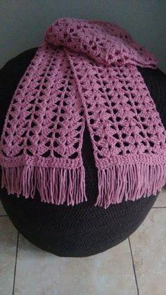 Cachecol de lã em crochê feito à mão na cor rosa. Lindo !!!