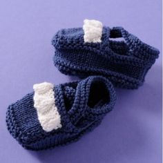 Cute mobcap with booties for intermediate knitters. An amusing and original gift for summer! Linnet, Coton Bio, Blue Wool, Garter Stitch, Charlotte, Baby Accessories, Knitting Patterns, Organic Cotton, Creations
