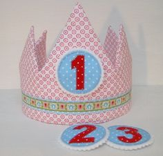 Geburtstagskrone mit 3 beliebigen Zahlen-Buttons von Atelier Kreatissimo auf DaWanda.com