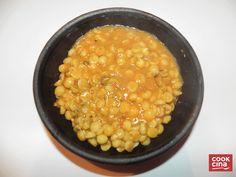 """Una receta """"casera"""" para cocinar garbanzos, otra de las clásicas y alimenticias legumbres. Porciones: 3 a 4 porciones. Ingredientes • 1 Taza de garbanzos. • 1 Cebolla. • 1 Cebollín. • 1 Diente de ajo. • 1/2 Pimentón (verde o rojo, da lo mismo) • 2 cucharaditas de curry en polvo. • 2 ..."""