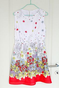 Gathered waist dress pattern - This little women' summer dress pattern is simple but elegant for day, it feels comfortable without compromising style and it looks great on lots of body shapes.