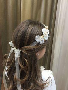 25 First Communion Hairstyles for Long Hair Girls - Cordoba Manuela Jurado Salon Barber Shop - Today Pin Flower Girl Hairstyles, Little Girl Hairstyles, Kids Hairstyle, Easy Hairstyles, Holy Communion Dresses, First Communion Hair, Première Communion, Communion Hairstyles, Toddler Hair