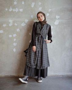 10 Ide Mix Match Hijab & Plaid Outer ala Fashion Influencer, Modis! Modest Fashion Hijab, Casual Hijab Outfit, Ootd Hijab, Hijab Chic, Long Skirt Fashion, Office Outfits Women, Teen Fashion Outfits, Moslem Fashion, Simple Dresses