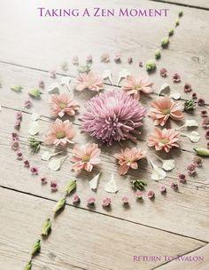 Meditation altar Mandala Anti Stress, Rangoli With Flowers, Boho Flowers, Fresh Flowers, Beautiful Flowers, Flowers Nature, Flower Rangoli, Dry Flowers, Pastel Flowers