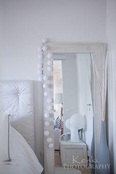 makuuhuone,sisustus,peili,pallovalot,sängynpääty diy