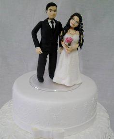 """Topo de Bolo de Casamento, podendo alterar a cor dos olhos, cabelos, pele e a cor do buquê. O bolo cenográfico """"CAKE"""" não está incluso no preço acima citado. Caso queira o bolo, entre em contato com o vendedor. R$ 150,00"""