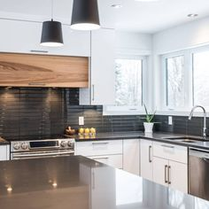 Kitchen cabinets - hickory calico, white acrylic, quartz - Simard Cuisine and . Kitchen Cupboards, Kitchen Reno, Kitchen Remodel, Kitchen Ideas, Home Design Decor, Interior Design Kitchen, Home Decor, Up House, Home Remodeling