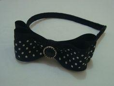 Tiara revestida em fita cetim preta com lindo laço em fita cetim com botão preto. Um encanto de princesa. R$ 14,90