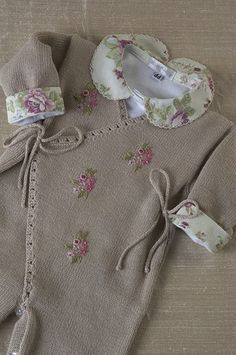 Discover thousands of images about Cashquere bege, com bordado flores rosa, com body gola tecido. Knitting For Kids, Crochet For Kids, Baby Knitting, Knit Crochet, Baby Kids Clothes, Doll Clothes, Baby Patterns, Knitting Patterns, Heirloom Sewing
