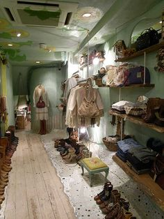Clothes store interior vintage shelves 56 new Ideas Source by ryleebanks clothing store Vintage Clothing Display, Clothing Displays, Vintage Clothing Stores, Boutique Mobiles, Mobile Fashion Truck, Vintage Shelf, Vintage Closet, Cute Store, Vw T