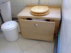 Toilettes sèches en frêne avec coulisse pour accés au seau Kombi Home, Outdoor Bathrooms, Composting Toilet, House Deck, Decks And Porches, Cabin Rentals, Habitats, Tiny House, Toilet Ideas