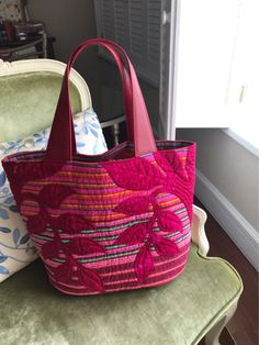 Marvelous Make a Hobo Bag Ideas. All Time Favorite Make a Hobo Bag Ideas. Pink Tote Bags, Tote Purse, Hobo Bag, Patchwork Bags, Quilted Bag, Japanese Bag, Quilting, Craft Bags, Linen Bag