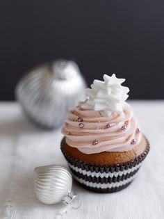 Cupcakes - Eats Food Photography Cupcake Photography, Food Photography, Cupcake Recipes, Dessert Recipes, Sweet Corner, Strawberry Frosting, Pink Foods, Food Garnishes, Beautiful Desserts