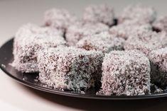 Kokosové ježe sú jednoduchým zákuskom, ktorý zaručene prevonia celú domácnosť. Žiadne umeliny, iba poctivá domáca chuť. Kokosové ježe sú veľmi chutné a dlho vydržia šťavnaté. I Love Food, Good Food, Sweet Recipes, Cake Recipes, Czech Recipes, Breakfast Dessert, Christmas Cookies, Food And Drink, Cooking Recipes