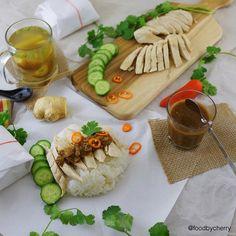 "Dinner | #homemade ""Hainanese Chicken Rice"" Steamed chicken breast served over rice with spicy sauce(ginger,chili,black bean) and side of vegetables soup  Just perfect to end my weekend  Goodnight and have a great week ahead everyone #hainanesechickenrice . . มื้อเย็นมาแล้วจ้า วันหยุดยุ่งจิงๆ กว่าจะได้โพส ก้อกำลังจะเข้านอนพอดี  วันนี้ทำ""ข้าวมันไก่""  ใช้อกไก่(ไม่หนัง)นึ่ง เบสิคมาก ส่วนข้าวมันตอนหุงใส่น้ำมันมะพร้าวไปจิ๊ด เกลือจิ๊ด ขิงจิ๊ด รากผักชีจิ๊ด ทานกับน้ำจิ้มสูตรคุณมี้(เด็ด) ซุปผัก…"