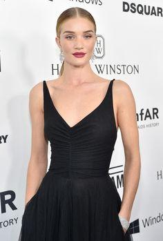 Rosie Huntington-Whiteley en bijoux diamants Harry Winston et robe noire