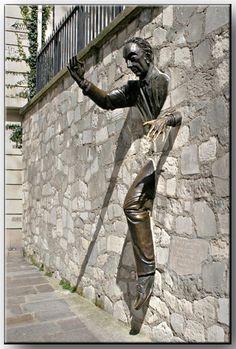 """""""Le passe-muraille"""" sculpture réalisée par Jean Marais rendant hommage à l'auteur du recueil éponyme : Marcel Aymé (place Marcel Aymé à Montmartre - Paris)."""