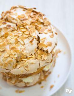 Pear Recipes, Sweet Recipes, Cake Recipes, Dessert Recipes, Delicious Desserts, Yummy Food, Pear Cake, Portuguese Desserts, Pavlova
