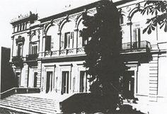Palacio de Anglada. Fachada de la calle Serrano. Levantado por Juan de Anglada hacia 1875.El Palacio de Anglada fue levantado alrededor de un gran patio cerrado, al estilo árabe que entonces estaba de moda. Su calidad era tan alta y las escayolas imitando las formas de la Alhambra de Granada tan perfectas, que impresionaba a los visitantes. En torno a él se distribuían las distintas dependencias, dormitorios, comedor, despachos, gabinetes, tocadores…