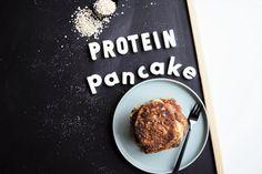 Protein Pancakes/ Pfannkuchen- ohne Proteinpulver, mit Magerquark & ohne Zucker... Die ganze Masse beinhaltet ca. 30g Protein. 372 kcal, 34g KH, 11,8g Fett.