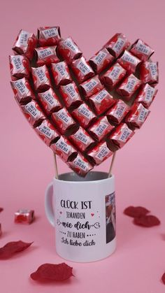 Candy Bouquet Diy, Diy Bouquet, Diy Crafts To Sell, Fun Crafts, Sweet Hampers, Liquor Bottle Crafts, Actifry, Diy Gift Box, Mon Cheri