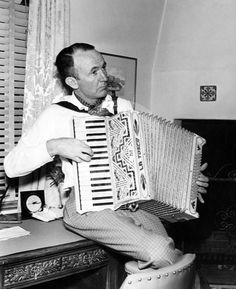 Walter Brennan´s favorite pastime at home Hollywood Music, Hollywood Men, Old Hollywood Stars, Classic Hollywood, Turner Classic Movies, Classic Films, Lets Play Music, Button Accordion, Old Western Movies