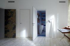 Межкомнатные двери в белой коже страуса изготовлены для ванной комнаты и гардеробной детской комнаты. Не боятся влаги и загрязнения, т.к. легко чистятся влажной тряпкой без применения специальных моющих средств.