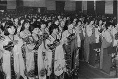 Seoul, Korea, 1984  photographer Unidentified  한복을 입고 졸업식에 임한 창덕여고 졸업생들  1983년 시작된 교복자율화로 교복을 입지 않고 하는 첫 졸업식이 1984년 2월 거행됐다.   교복을 입지 않는 첫 졸업식이어서 각 학교에서는 졸업식 복장에 신경을 썼으나 대부분 학생들의 의사에 따라 평소대로 옷을 입도록 했다.   그러나 창덕여고와 염광여상 등은 졸업생들에게 한복을 입도록 해 졸업식장의 분위기는 한결 엄숙했다고 한다.