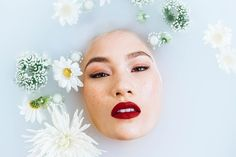 20 Beauty secrets you have to know to get that clear and glowing skin we all want. Read on to know all of these fascinating beauty tips! Peeling Creme, Chemisches Peeling, Dermaroller, Belleza Diy, Easy Spells, Milk Bath Photography, Ballet Photography, Portrait Photography, Best Teeth Whitening