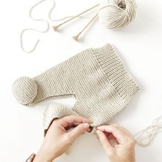 Cómo hacer una Polaina d punto para bebé - Patrón y Tutorial - Knitting TechniquesKnitting HatCrochet BlanketCrochet Bag Baby Knitting Patterns, Baby Boy Knitting, Knitting For Kids, Baby Patterns, Knit Baby Pants, Knitted Baby Clothes, Baby Leggings Pattern, Knit Leggings, Couture Bb