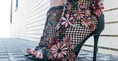 Un look lleno de flores con vestido bordado y sandalias en relieve