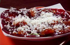 La betterave cuite se coupe très facilement en lamelles translucides à la mandoline, ce qui permet de faire un carpaccio original, pour l'apéro ou une entrée. Disposer les tranches en rosace, répartir une petite couche de chutney (condiment à base d'oignons ou échalote, vinaigre, fruits et épices) et raper du fromage de brebis. Excellent en 5 mn chrono Mandoline, Chutney, Chili, Food, Stuffed Eggplant, Vinegar, Ceiling Rose, Cutaway, Chile