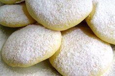 biscotti al limone Ingredienti:  100 g di farina bianca, 150 g di farina gialla a grana fine, 2 uova, 2 limoni, 1 cucchiaino di lievito, 100 g di zucchero, 150 g di burro o 60 g di olio di mais, zucchero al velo facoltativo, sale.    Come si fa:  Mescolate le due qualità di farina, fatevi un incavo al centro e sgusciatevi un uovo intero e un tuorlo; unite il burro fuso, lo zucchero, la buccia grattugiata dei limoni e qualche goccia di succo di limone, il lievito e un pizzico di sale…