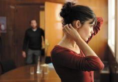 """""""La delicadeza"""" - Nathalie (Audrey Tautou) pierde en un accidente al hombre del que está perdidamente enamorada. Después de una etapa de duelo, no puede creerse que el amor llame de nuevo a su puerta de la mano de Markus, un compañero de trabajo que nunca ha tenido éxito con las mujeres, pero que rebosa bondad y ternura. Un hombre que para ella supone la vuelta a la vida.(FILMAFFINITY)"""