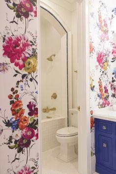 Carta da parati floreale - Idee per arredare il bagno con la carta da parati con motivi floreali.