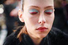 Pinceladas de azul pastel y fucsia protagonizan el #beautylook que propone Oscar de la Renta para #FW17. : @nowfashion. #BazaarMx #HarpersBazaarMx #ThinkingFashion #OscarDeLaRenta #ODLRFall17  via HARPER'S BAZAAR MEXICO MAGAZINE OFFICIAL INSTAGRAM - Fashion Campaigns  Haute Couture  Advertising  Editorial Photography  Magazine Cover Designs  Supermodels  Runway Models
