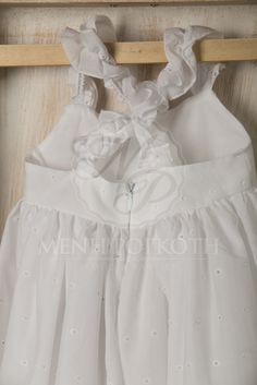 Βαπτιστικά ρούχα για κορίτσι της Vanessa Cardu λευκό μπορντερί φόρεμα με πλεκτό λουλουδάκι και τιράντες χιαστή στην πλάτη Girls Dresses, Flower Girl Dresses, Baby Baptism, Baby Girl Fashion, Wedding Dresses, Decor, Dresses Of Girls, Bride Dresses, Bridal Gowns