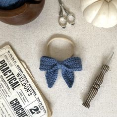 Classic Sailor Hair Bow Free Crochet Pattern - - My name is Alexa, and I'm addicted to making hair bows. With fall approaching, I wanted to make some cute, seasonal bows for my nieces and was shocked to find. Crochet Hair Bows, Crochet Hair Accessories, Crochet Hair Styles, Crochet Bows Free Pattern, Crochet Flower Patterns, Cute Crochet, Baby Bloomers Pattern, Lila Pause, Newborn Bows